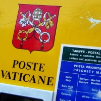 A post box displaying the Vatican coat of arms. Source: Wikimedia Commons.