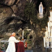 Pope John Paul II worshiping before a statue of Mary.   CC BY-SA 2.0 Ireneed https://commons.wikimedia.org/wiki/File:JPII_Lourdes.jpg