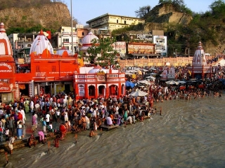 Devotees taking a holy bath in the Ganges River. CC BY 2.0 Abhishekjoshi https://commons.wikimedia.org/wiki/File:Ganga_Dashara,_at_Haridwar.jpg