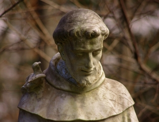 A statue of St. Francis. CC BY-ND 2.0 fauxto_digit on Flickr https://www.flickr.com/photos/fauxto_dkp/6779217785/in/photolist-7MbtD1-6DeuSj-5fENqA-4xw44w-7WRsvK-bSYq44-49BDvP-aqKiou-bk4ggg-7ZrVpy-a78mCJ-a2vuNN-LoC7g-KySDv-nawkYy-e8tb8t-8fRxfQ-5acvSx-24NMSX-5W3XBv-4oQPHo-5C4Kvk-8Qh4Z2-bBjabi-24NMV8-5j2pvw-4Vr7ig-3DkGRS-69FHMp-Fno99-4thnR4-4MkagL-2NSPm6-5XiuZx-bjNaN7-YQSR3-LvCeE-59rq8Z-68enqR-8fhuPv-arjVUm-4uxbeX-8TMaQb-7X5Fgv-6KZEy8-24NMVR