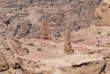 CC By-SA 3.0 Bgag https://commons.wikimedia.org/wiki/File:Obelisks_in_Petra.jpg