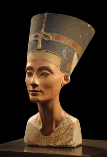 Nefertiti, the wife of Pharoah Akhenaten. CC BY-SA Philip Pikart https://commons.wikimedia.org/wiki/File:Nofretete_Neues_Museum.jpg