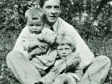 <p>Julian Huxley, UNESCO's first Director, with his sons in 1923.</p>