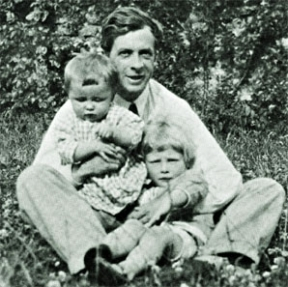 Julian Huxley, UNESCO's first Director, with his sons in 1923.Source: Wikimedia Commons.